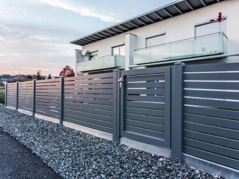 ZA Telfs 07 | moderner Aluminiumzaun und Alu-Gartentür mit waagrechten Latten anthrazit | Svoboda