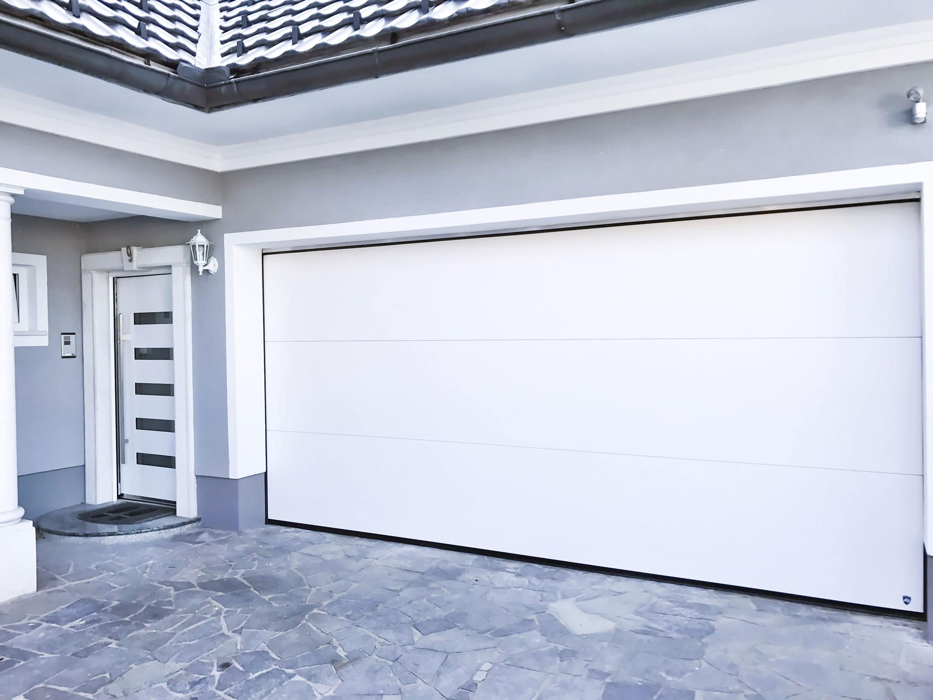Pegasus Premium 3 | Deckensektionaltor weiß mit 3 Feldern bei Garage im Eingangsbereich | Svoboda Metalltechnik