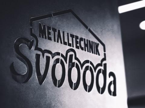In Metallplatte eingefrästes Logo von Svoboda Metalltechnik