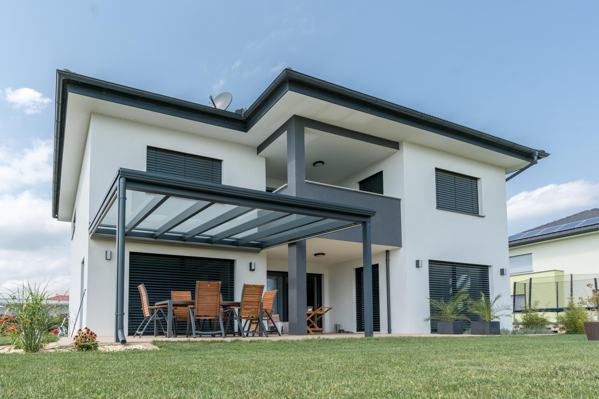 Terrassendach Alu 78 a | anthrazit Glas, auf Terrasse bei modernem Einfamilienhaus Neubau | Svoboda