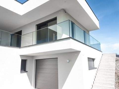 Augsburg 14 a | Ganzglasgeländer aus Klarglas bei modernem Haus | Svoboda Metalltechnik