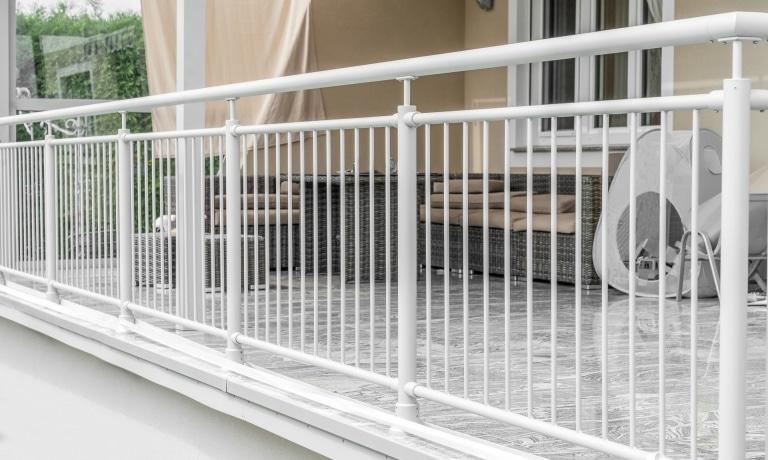 Dornbirn 13 a | Rundrohrgeländer bei Terrasse, Aluminium hellgrau mit senkrechten Stäben | Svoboda