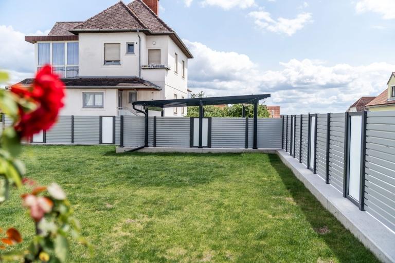 Sichtschutz 24 l | Blickdichte Garteneinzäunung aus Alu, Rhomboidlattung und Mattglas | Svoboda Metalltechnik