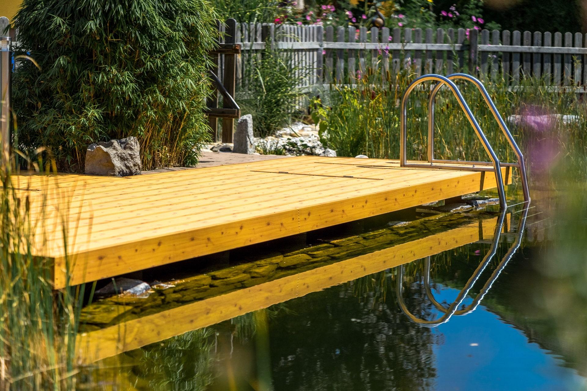B Alu 06 H a | Aluminium-Terrassendielen bei Teich-Steg mit Poolleiter, Kiefer Holzdekor | Svoboda