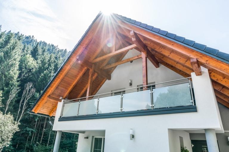 Bremen 68 a | Edelstahl-Glas-Balkon blickdicht modern, Niro-Durchzug, Alublende anthrazit | Svoboda