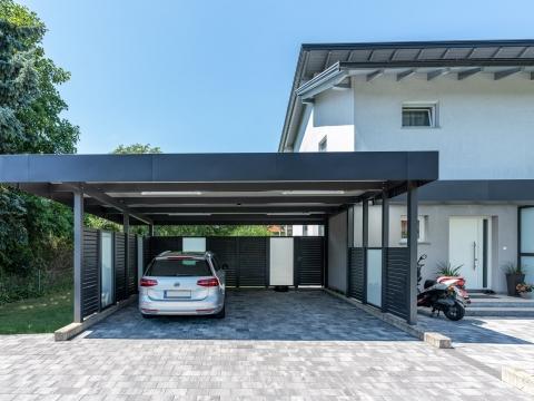 Carport 29 j | Carport aus Aluminium in Anthrazit mit Seitenelementen Aluminium-Glas und Attika-Verblechung | Svoboda Metalltechnik