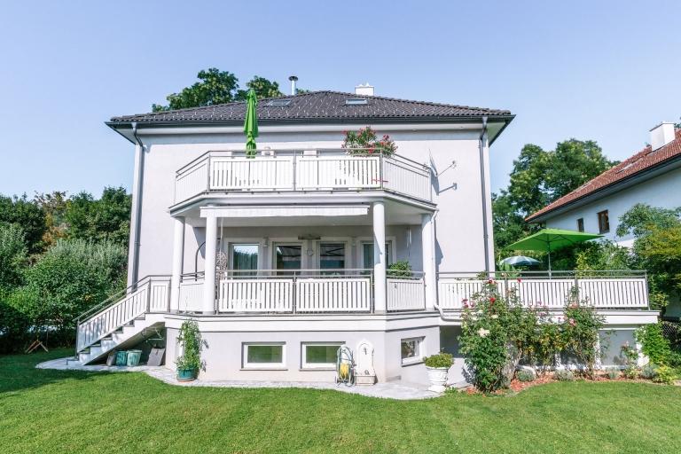 EA Baden 01 c | weisses Geländer bei Balkon, Terrasse und Stiege aus Niro-Stehern, Niro-Handlauf und Alu-Lattung | Svoboda Metalltechnik