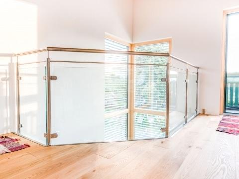 Mailand 17 b | Galeriegeländer aus Nirosta Edelstahl im Innenraum mit Klarglasfüllung | Svoboda