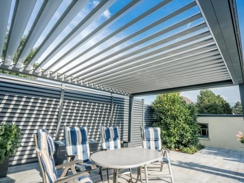 Opera 15 d | weiß-graue Lamellenüberdachung auf Terrasse aus Alu, Lamellen offen von unten | Svoboda