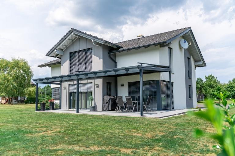 Terrassendach Alu 93 a | Aluminium-Glas-Überdachung anthrazit grau beschichtet bei Neubau | Svoboda