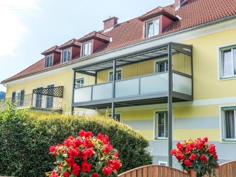 Zubau 15 b | grauer Alu-Balkonzubau mit Überdachung, Windschutz, Mattglasgeländer, Markise | Svoboda