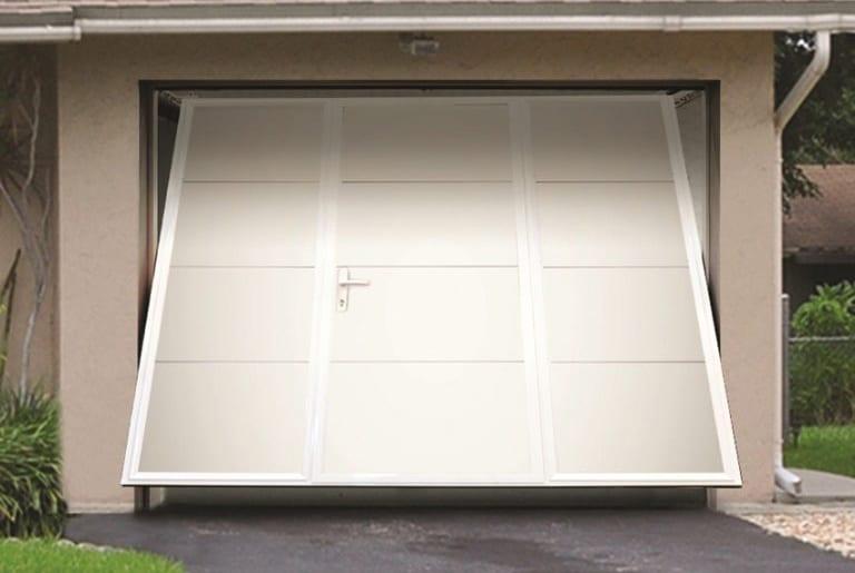 Arkadys 04 | halb geöffnetes Kipptor bei Garage mit Gehtür in weiß | Svoboda Metalltechnik