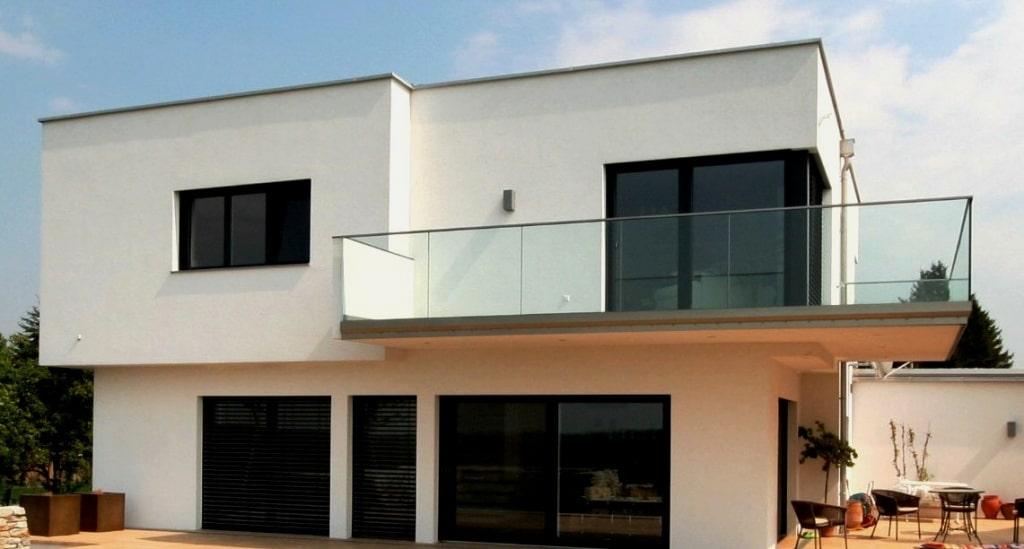 Augsburg 01 b | Klarglas-Nurglas Balkongeländer bei modernem Haus | Svoboda Metalltechnik