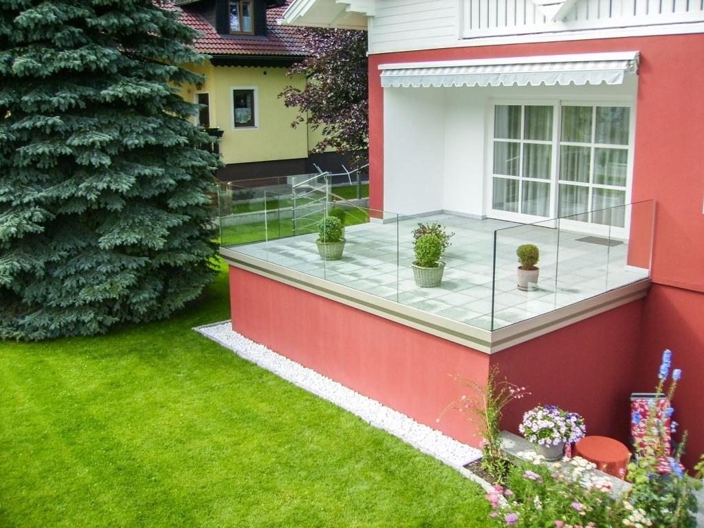 Augsburg 02 b   Terrassengeländer aus Klarglas, Alu-Bodenprofil stirnseitig   Svoboda Metalltechnik