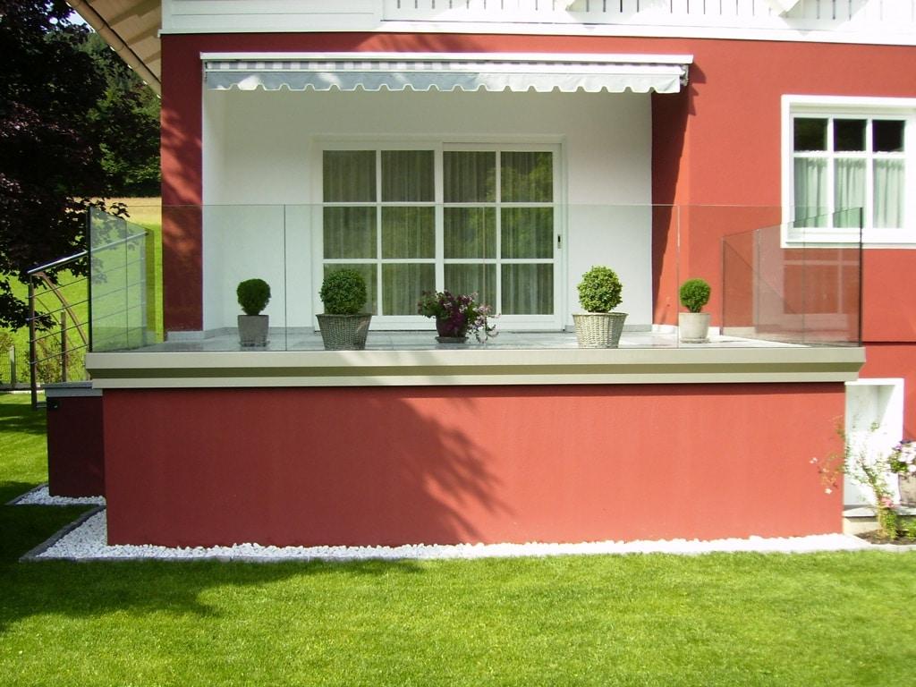 Augsburg 02 b   Terrassengeländer aus Klarglas mit Alu-Bodenprofil stirnseitig   Svoboda Metalltechnik