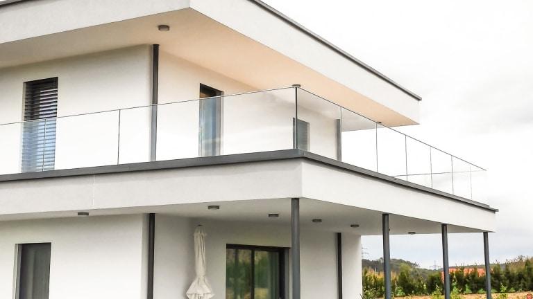 Augsburg 07 b | modernes Glasgeländer bei modernem Haus, klarglas | Svoboda Metalltechnik
