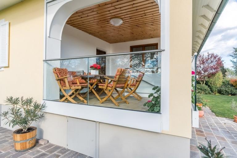 Augsburg 10 b | modernes Ganzglasgeländer bei Terrasse, Klarglas | Svoboda Metalltechnik