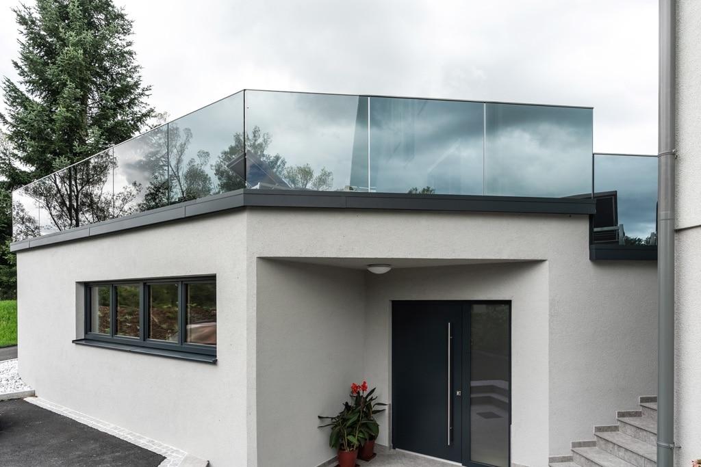 Augsburg 12 a | modernes Nurglasgeländer, getönte Scheiben | Svoboda Metalltechnik