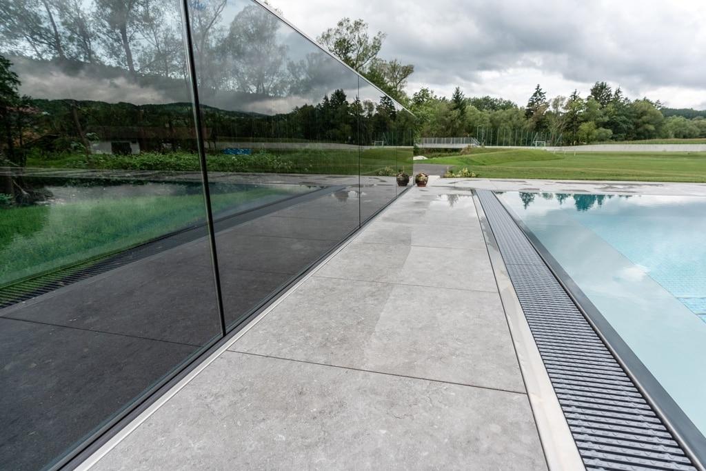 Augsburg 12 e | Spiegelung Grauglas-Nurglas-Geländer bei Terrasse | Svoboda Metalltechnik