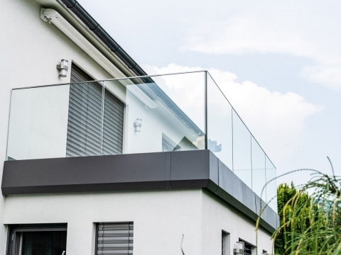 Augsbrug 13 b | Klarglasgeländer bei Balkon in Aluprofil | Svoboda Metalltechnik