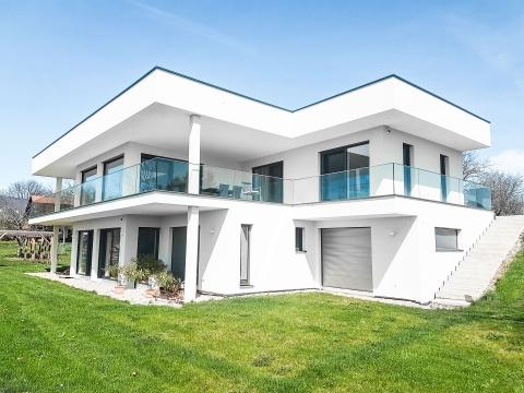 Augsburg 14 a | modernes Nurglas-Geländer bei modernem Haus | Svoboda Metalltechnik