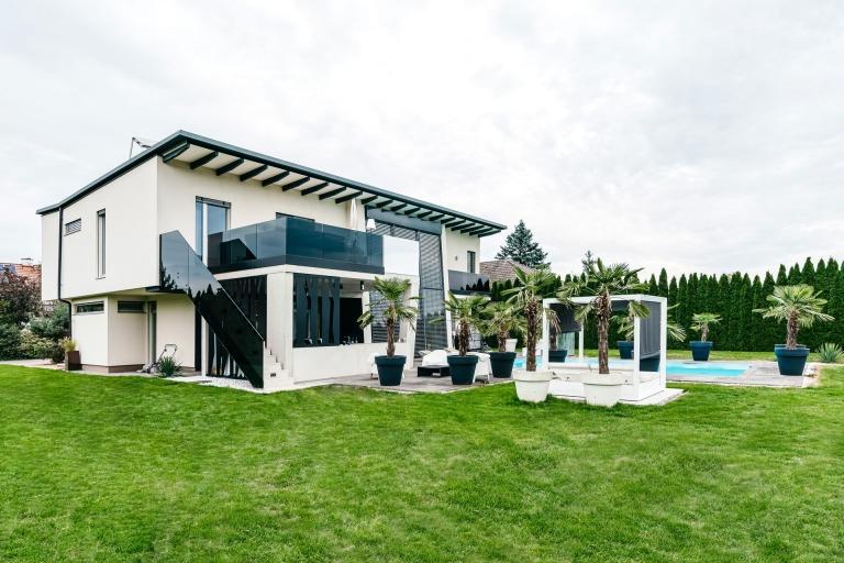 Augsburg 15 b | Modernes Haus, Ganzglas-Geländer bei Balkon/Stiege, Grauglas | Svoboda Metalltechnik
