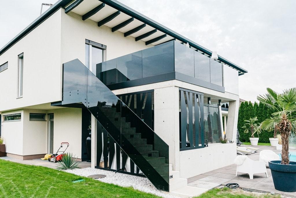 Augsburg 15 i | Grauglas Stiegengeländer/Balkongeländer bei modernem Haus | Svoboda Metalltechnik