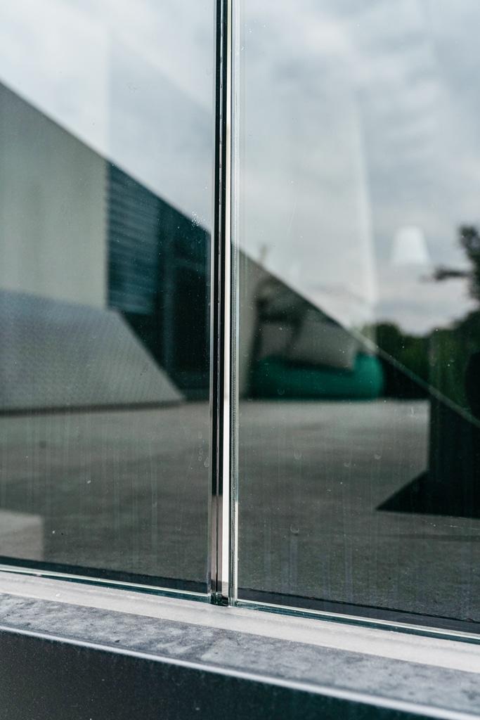 Augsburg 15 r | Nurglasgeländer Nahaufnahme Befestigung im Aluminiumbodenprofil | Svobobda Metalltechnik