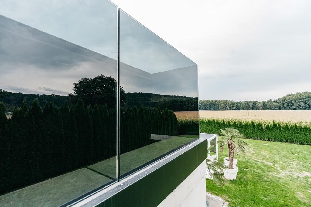 Augsburg 15 s | Schwarzglasbalkongeländer mit schwarzem Aluminiumprofil montiert | Svoboda Metalltechnik