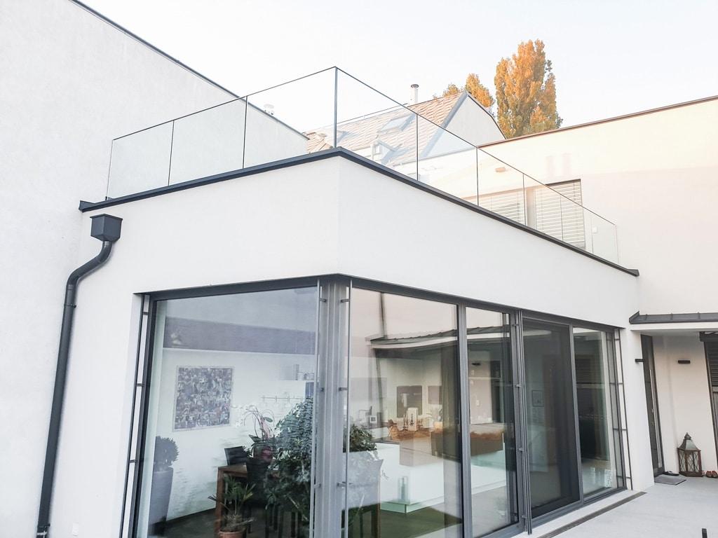 Augsburg 16 a   modernes Glasterrassengeländer aus Klarglas durchsichtig   Svoboda Metalltechnik