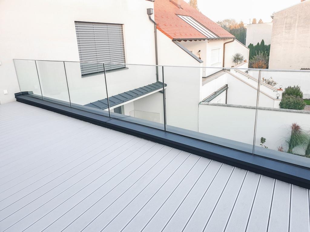 Augsburg 16 d   Nurglasgeländer aus Klarglas bei Balkon   Svoboda Metalltechnik