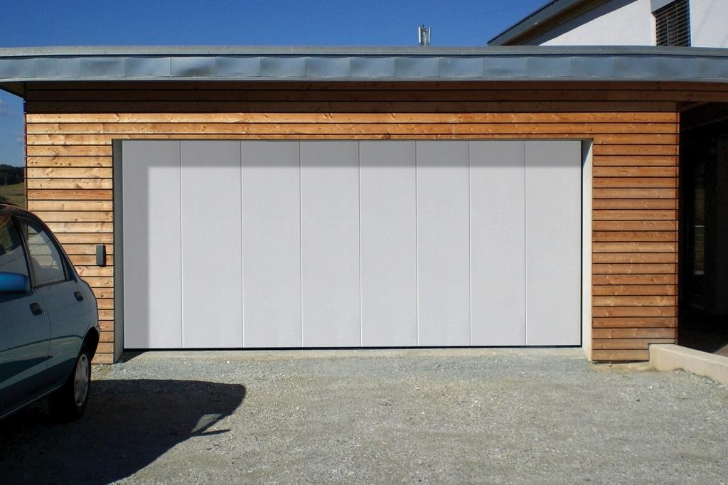 Avalon Komfort 08   modernes Garagentor in weiß Garage mit Holzfassade   Svoboda Metalltechnik