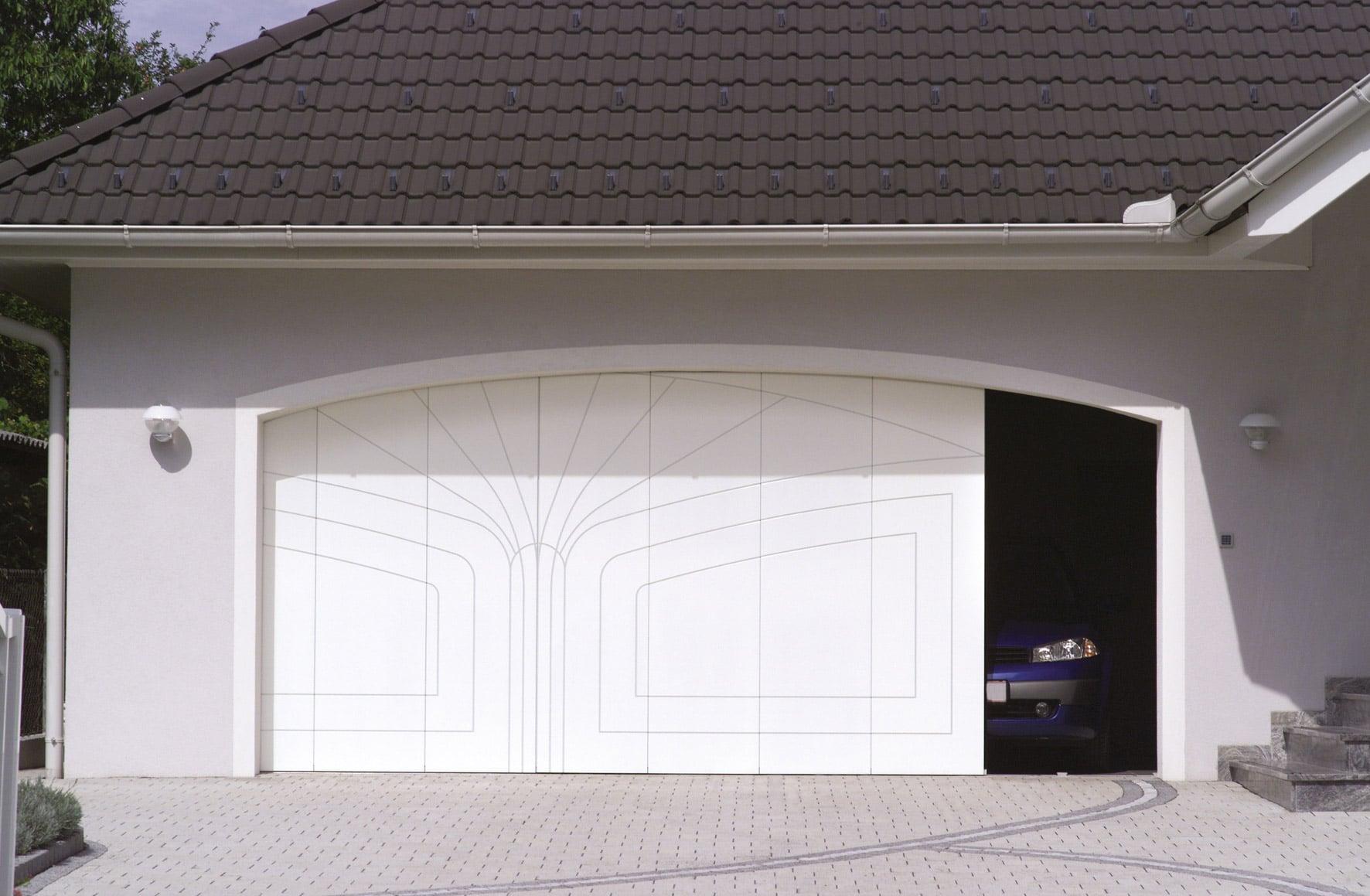 Avalon Premium 01 | leicht geöffnetes Seitensektionaltor weiß mit Muster bei Garage mit Auto | Svoboda Metalltechnik