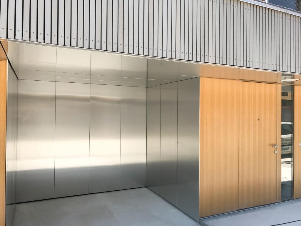 Avalon Premium 04 | Seiten-Sektionaltor bei Garage in Silver Metallic | Svoboda Metalltechnik
