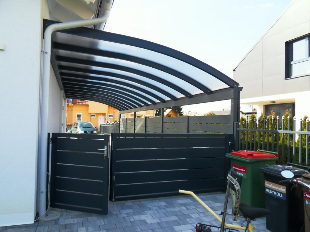 Carport 18 e   Carport mit Rundbogen mit Alu-Zaun und Gehtür in anthrazit mit waagrechten Latten   Svoboda Metalltechnik