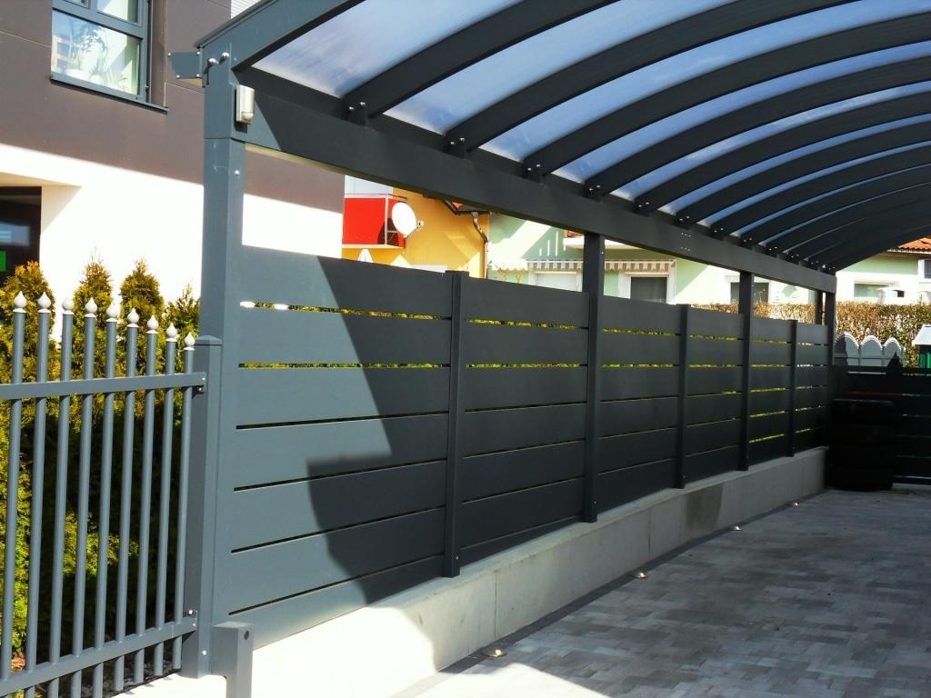 Carport 18 f   Teilansicht Carport mit Bogendach und breiten Lamellen als Seitenverkleidung in Anthrazit   Svoboda Metalltechnik