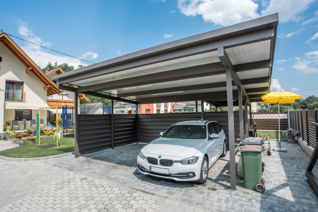 Carport 19 a | braunes Doppelcarport mit weißer Paneeleindeckung und seitlichem Sichtschutz, weißer BMW | Svoboda Metalltechnik