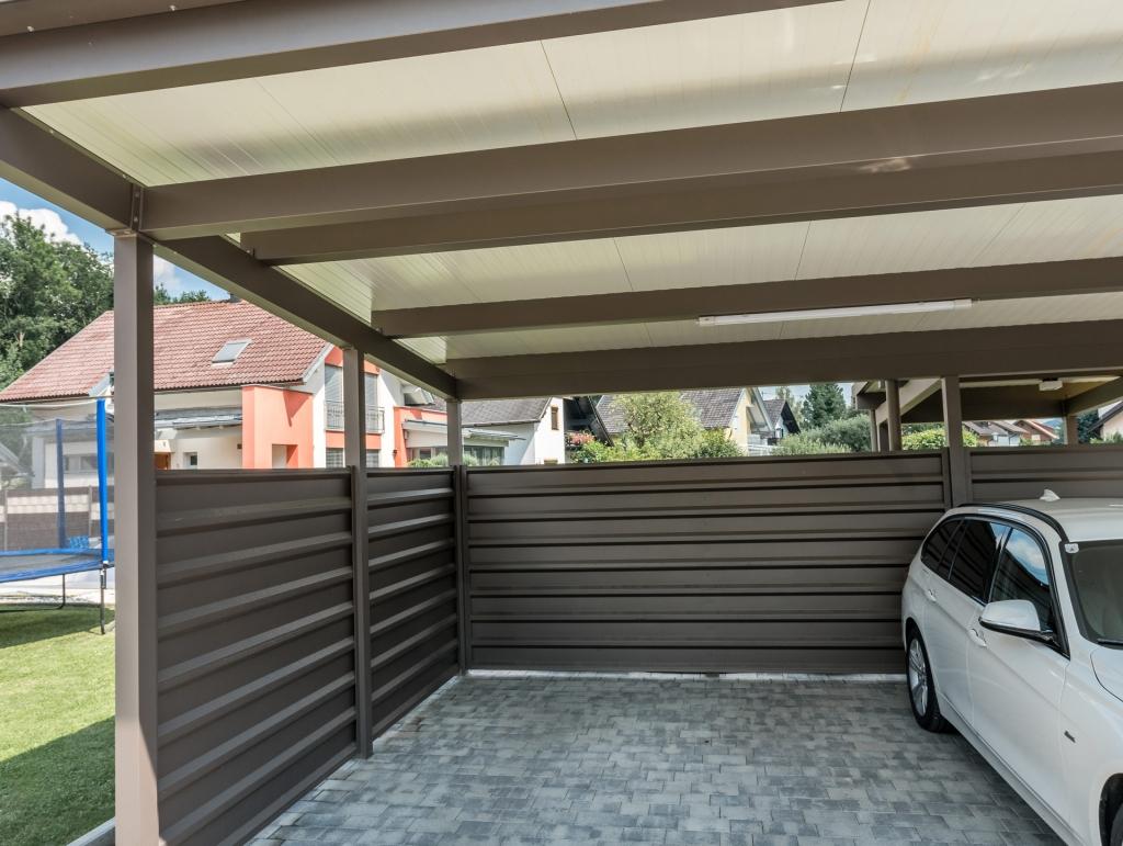 Carport 19 b | Aluminium-Carport mit Seitenverkleidung aus braunem Alublech | Svoboda Metalltechnik