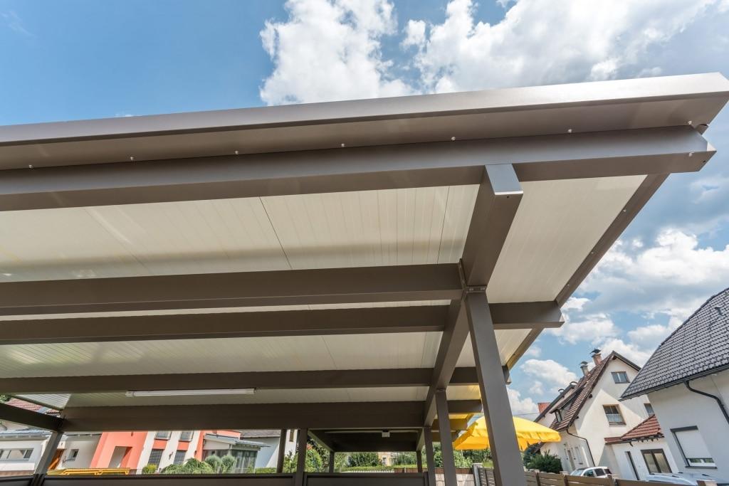 Carport 19 c | Unteransicht braunes Doppelcarport mit weißen Paneelen | Svoboda Metalltechnik