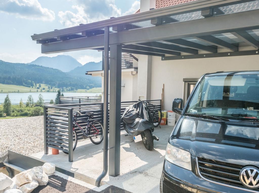 Carport 20 b | in grau, Teilansicht mit seitlichem Zaun mit Dreieck-Querlattung | Svoboda Metalltechnik
