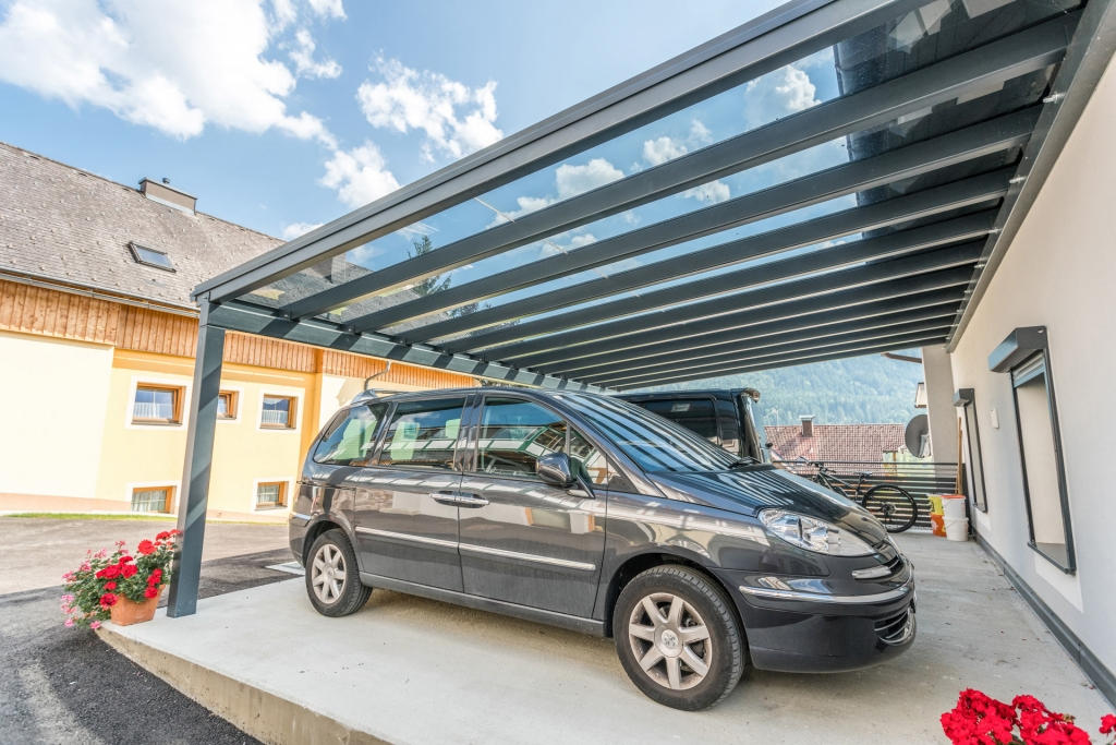 Carport 20 c | seitenansicht Doppelcarport anthrazit mit Klarglas, geparkte Autos | Svoboda Metalltechnik