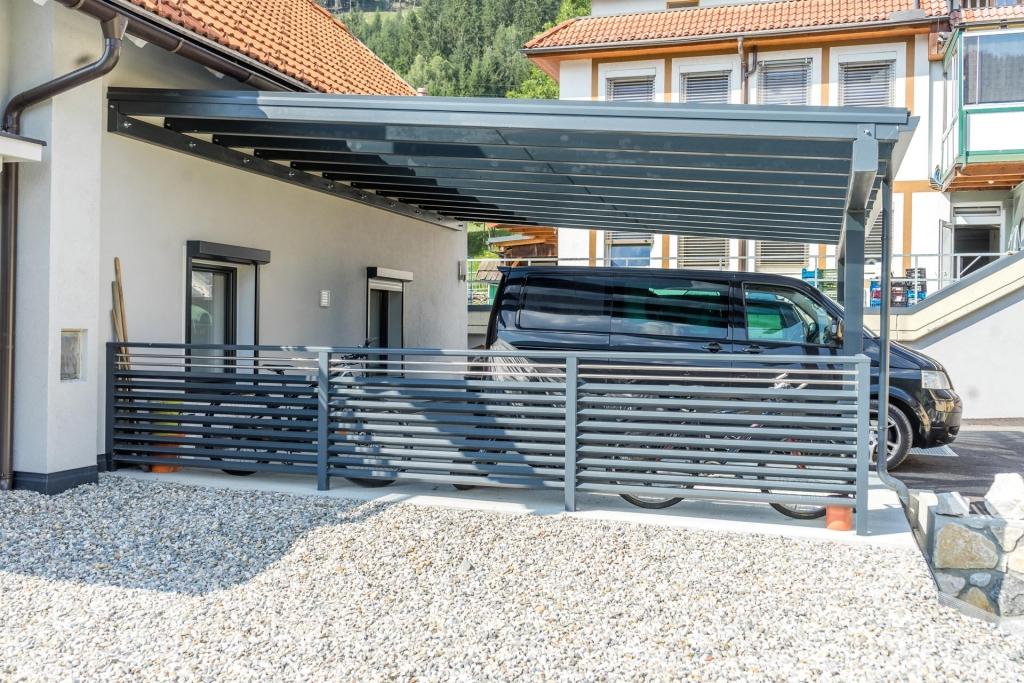 Carport 20 e | Seitenansicht Anthrazitcarport mit seitlichem Alu-Zaun | Svoboda Metalltechnik