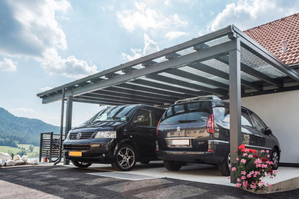 Carport 20 g | Doppelcarport Alu grau mit Klarglas, zwei parkende Autos | Svoboda Metalltechnik