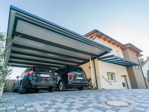 Carport 21 b | Unteransicht modernes Carport anthrazit-weiss mit Paneelen mit 2 parkenden Autos | Svoboda Metalltechnik