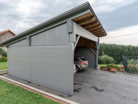 Carport 22 a | nachträgliche graue Aluminiumverkleidung mit waagrechten Latten bei Holzcarport, 2 Autos | Svoboda Metalltechnik