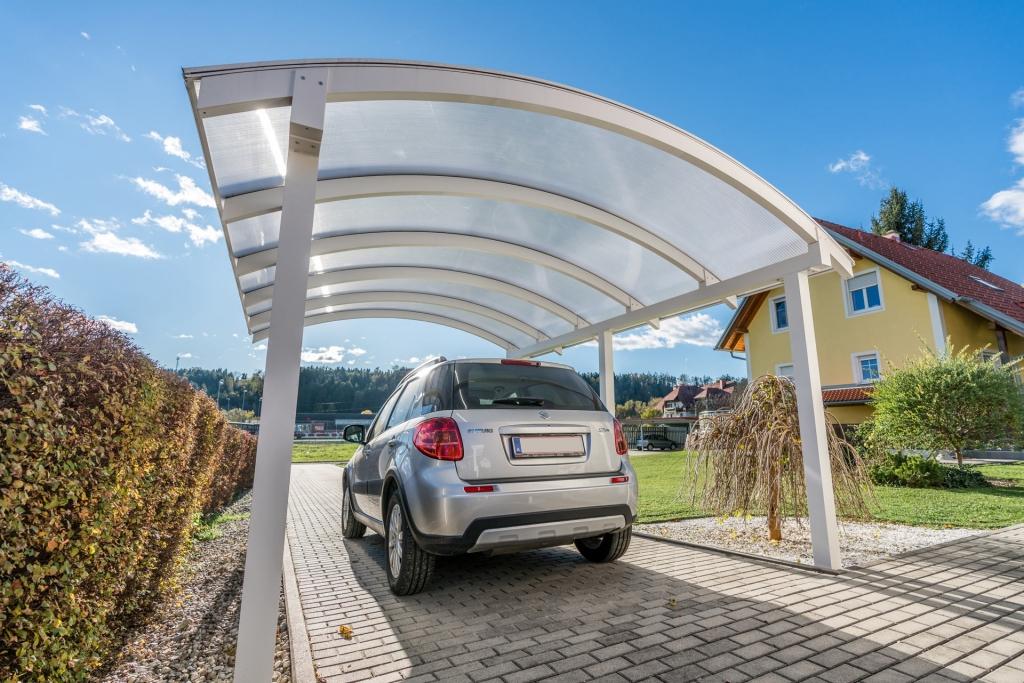 Carport 23 a | Rundbogen aus Aluminium Weiß mit Doppelstegplatten-Eindeckung und Auto | Svoboda Metalltechnik
