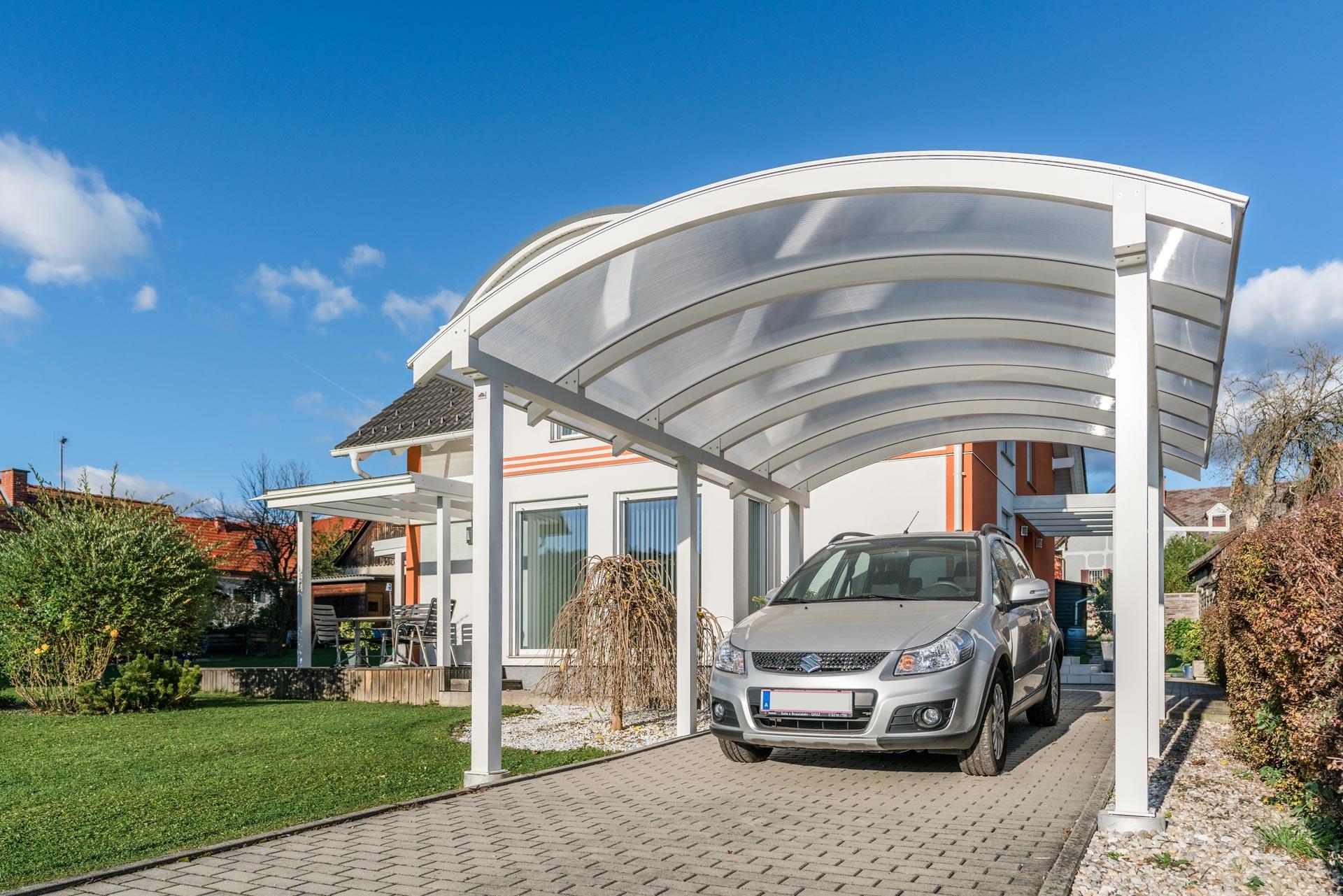 Carport 23 b | aus weißem Alu mit runder Dachform und Doppelstegplatten mit Auto | Svoboda Metalltechnik