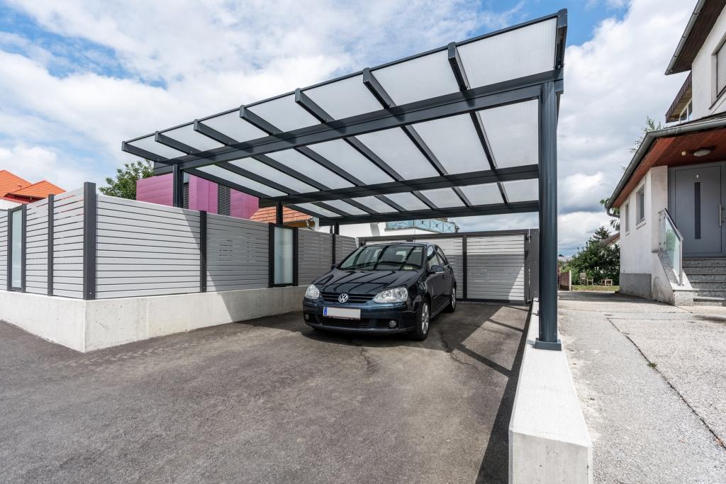 Carport 27 a | Aluminium anthrazit mit Doppelstegplatten und schwarzem, parkenden Auto | Svoboda Metalltechnik