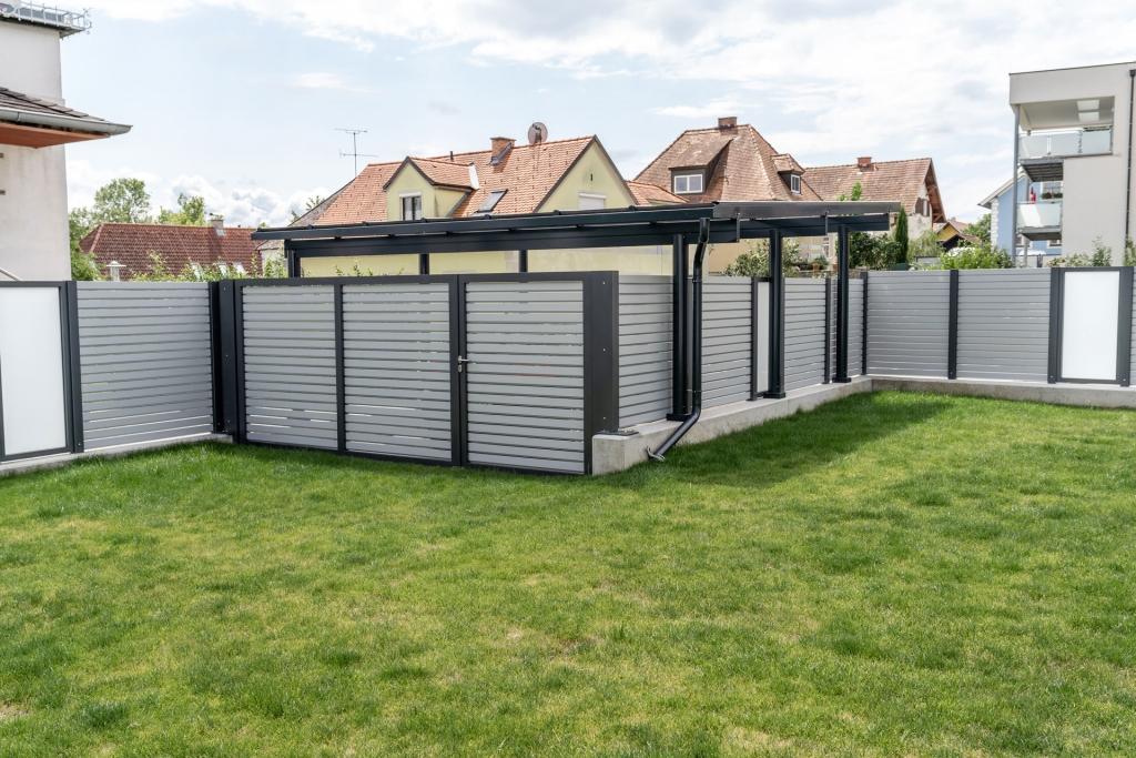 Carport 27 d | Carport kombiniert mit Sichtschutzzaunanlage im Garten | Svoboda Metalltechnik