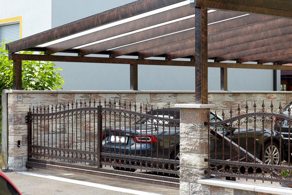 CP 2554   Schmiedealu-Schiebetor, Schmiedealu-Carport mit Glas, schwarz-kupfer schraffiert   Svoboda